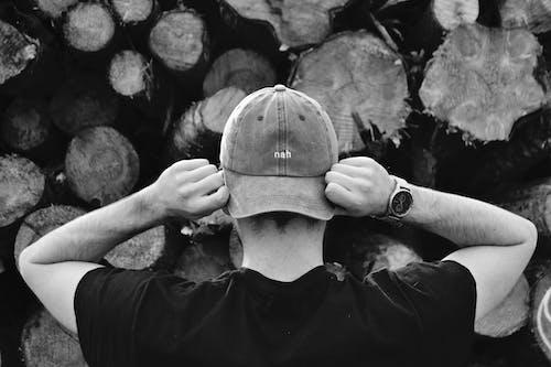 Immagine gratuita di berretto, bianco e nero, cappello, indossare