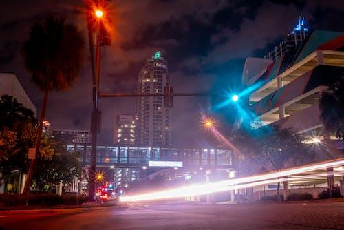 光, 光迹, 坦帕市中心, 市中心 的 免费素材照片