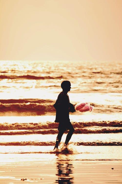 havsstrand, ljus och skugga, rörelse