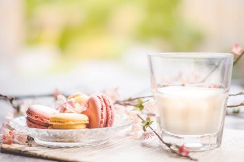 Darmowe zdjęcie z galerii z drink, jedzenie, kubek, macarons