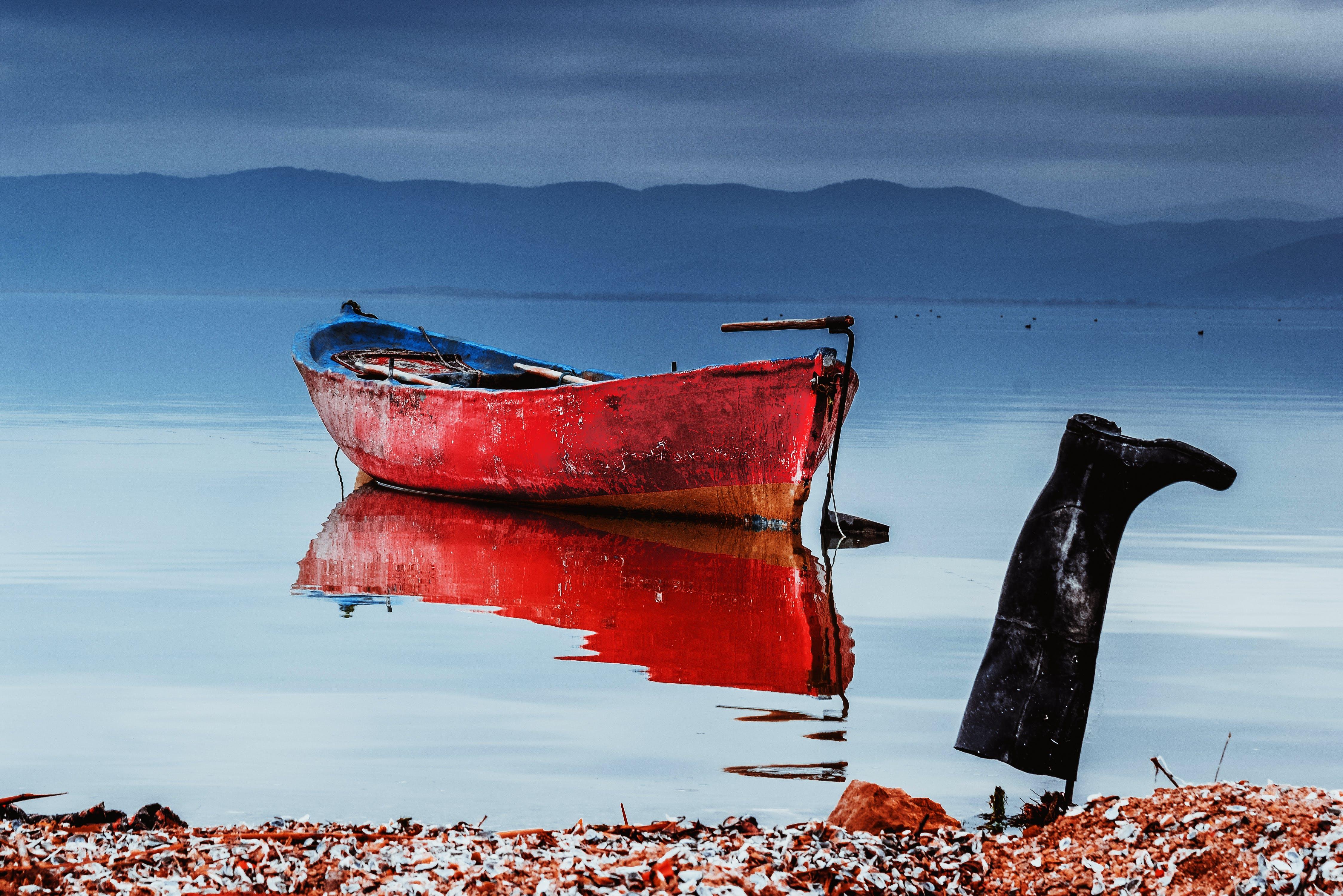 Darmowe zdjęcie z galerii z drewniana łódź, kalosze, kuter rybacki, morze