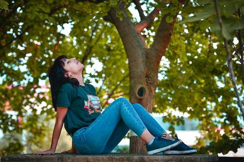 Fotos de stock gratuitas de actitud, al aire libre, árbol, asiática