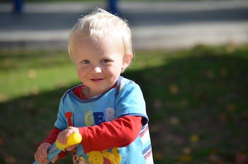 Foto profissional grátis de garoto, parque, parquinho infantil, soprando bolhas