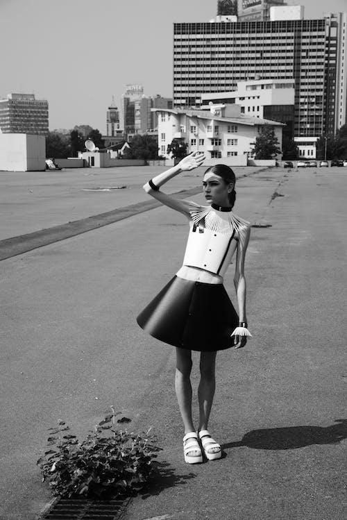 Fotos de stock gratuitas de atuendo, blanco y negro, conjunto, desgaste