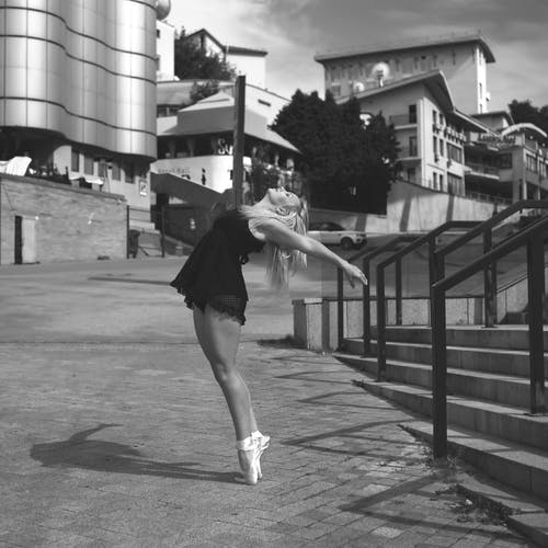 Ilmainen kuvapankkikuva tunnisteilla asu, balettitanssija, henkilö, mustavalkoinen