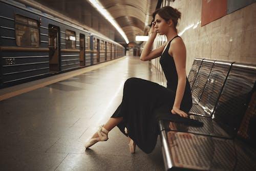antrenman yaptırmak, balerin, istasyon, Kadın içeren Ücretsiz stok fotoğraf