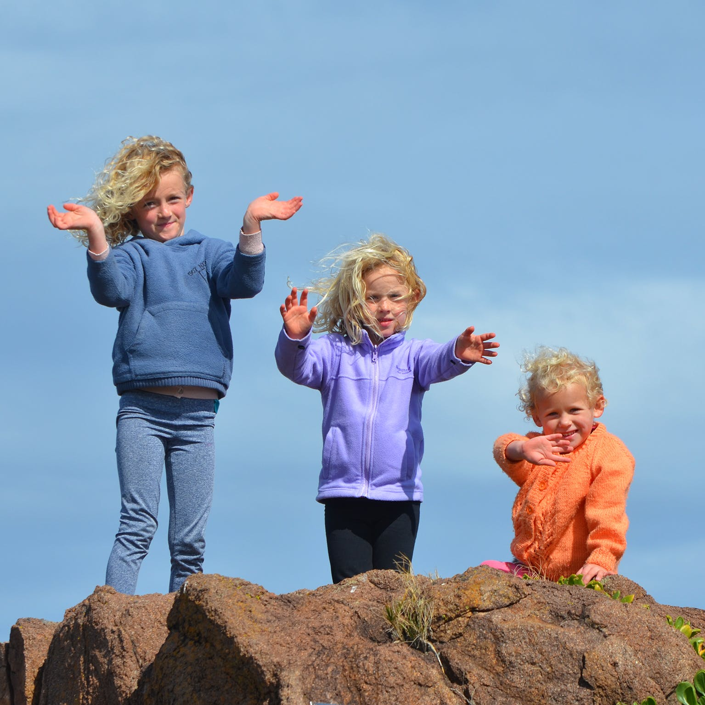 Kostenloses Stock Foto zu bergsteigen, blondes haar, familie, felsen