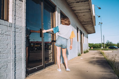 aşındırmak, cam kapı, Giriş, Kadın içeren Ücretsiz stok fotoğraf