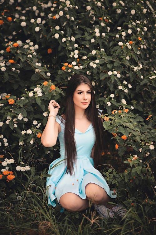 Gratis lagerfoto af blå kjole, blomster, brunette, fotosession