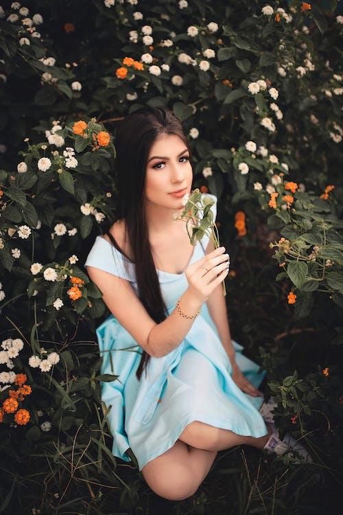 Gratis lagerfoto af blå kjole, blomst, blomster, brunette