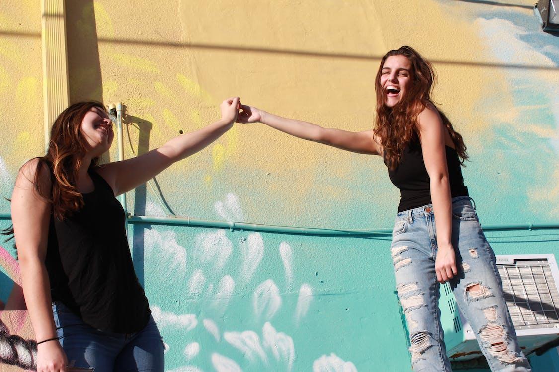 dievčatá, držanie za ruky, najlepší priatelia