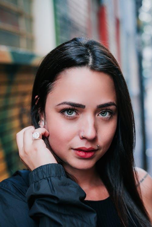 Безкоштовне стокове фото на тему «брюнетка, гарні очі, Гарний, жінка»