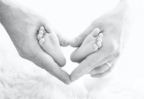 Darmowe zdjęcie z galerii z czarno-biały, dziecko, niemowlę, nowo narodzony