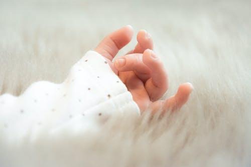 Darmowe zdjęcie z galerii z dziecko, futro, gwoździe, niemowlę