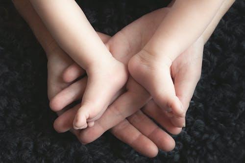 Darmowe zdjęcie z galerii z delikatny, dziecko, niemowlę, nogi