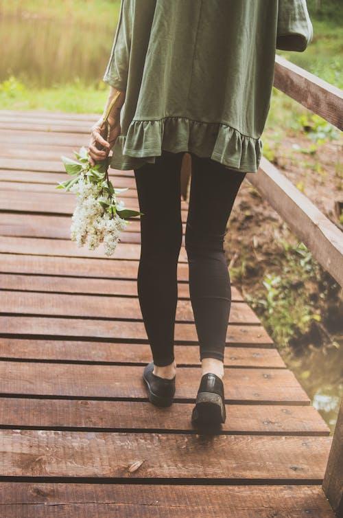 Darmowe zdjęcie z galerii z chodzenie, chodzić, kobieta, kwiaty