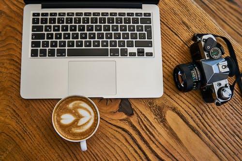 Фото ноутбука рядом с камерой, вид сверху