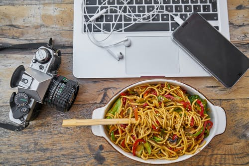 Darmowe zdjęcie z galerii z aparat, jedzenie, kuchnia, laptop