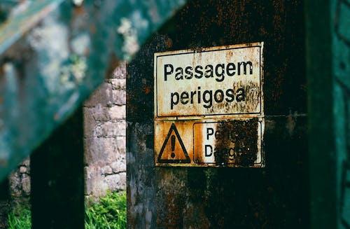 Passagem Perigosa Sign