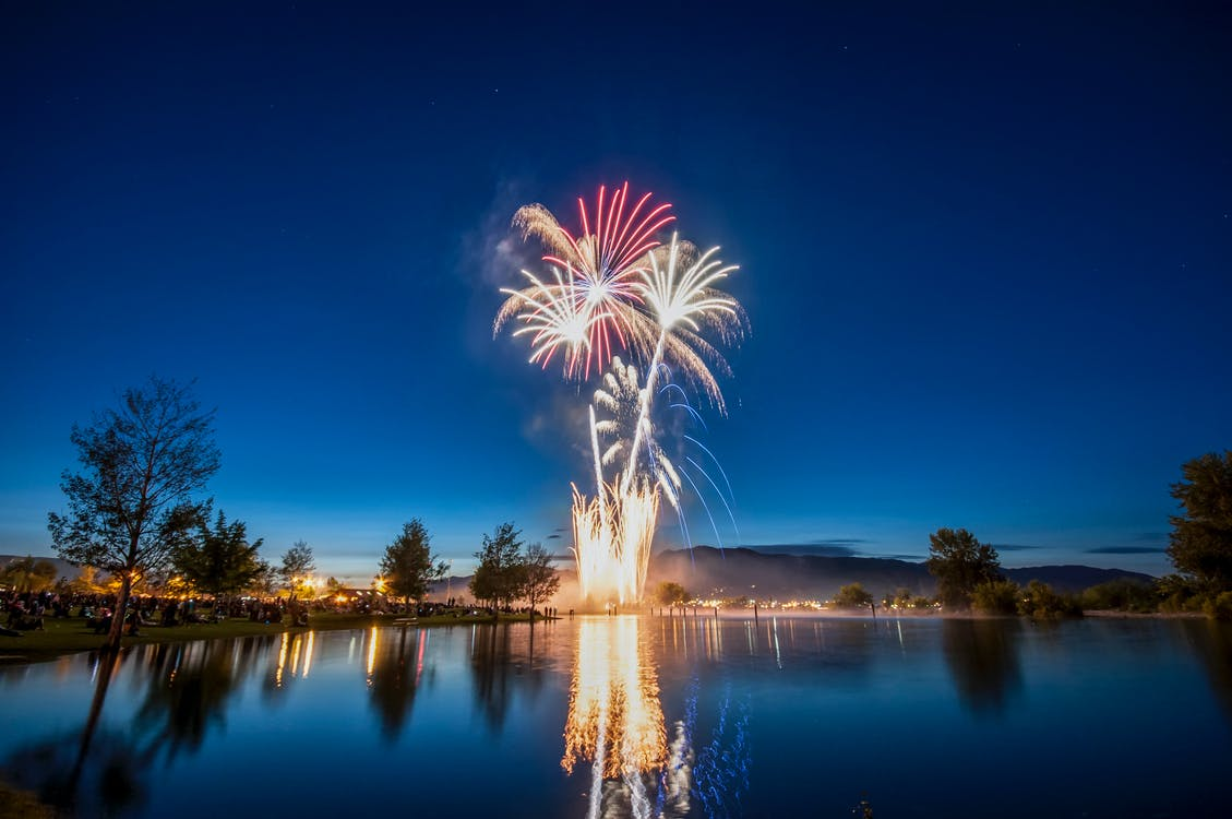 fajerwerki, jezioro, pokaz sztucznych ogni