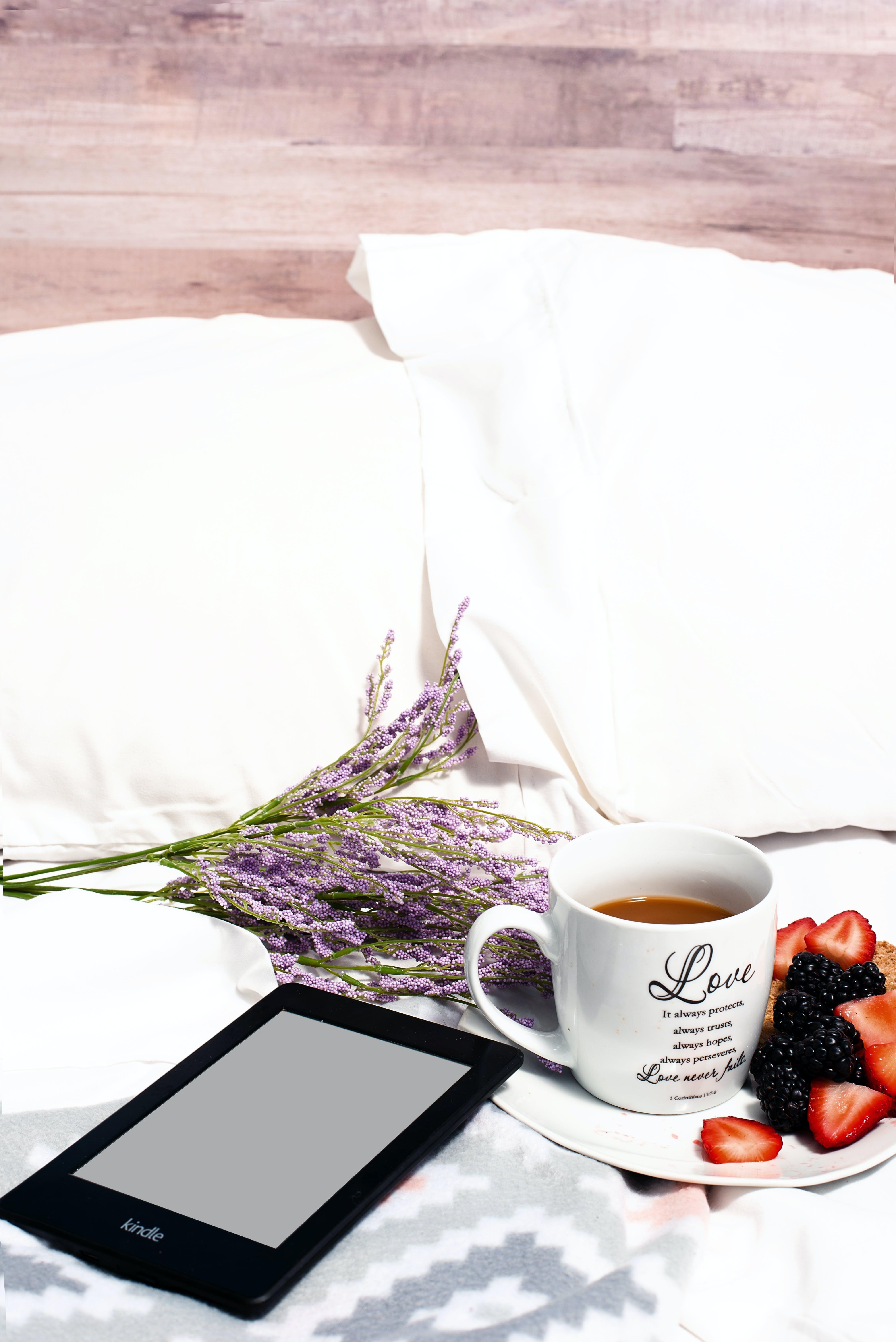 Ingyenes stockfotó ágy, csésze, csésze kávé, eprek témában