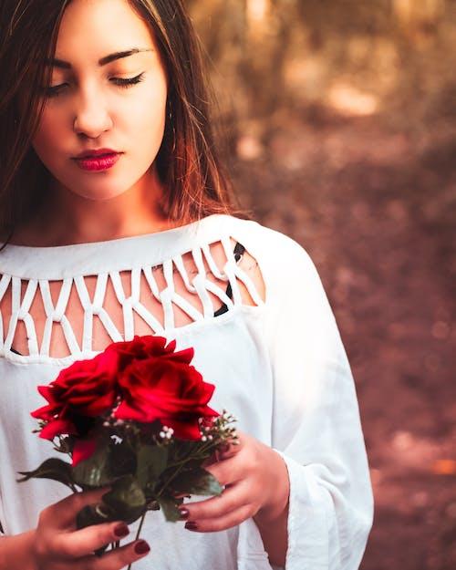 Darmowe zdjęcie z galerii z fotografia portretowa, kompozycja kwiatowa, pąk róży, park