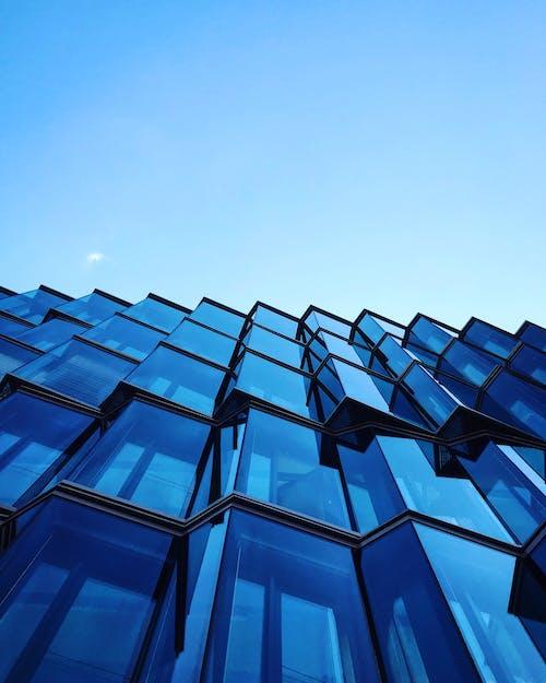 Kostenloses Stock Foto zu architektur, aufnahme von unten, gebäude, glasfenster