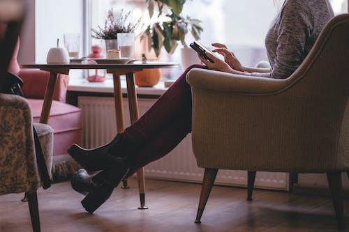 Gratis lagerfoto af fodtøj, indendørs, kvinde, mode