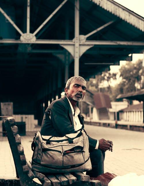 Безкоштовне стокове фото на тему «бідна людина, бідна людина pic, залізничні пасажири, людина чекає поїзда»