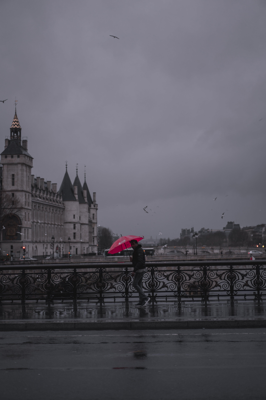 kırmızı, Paris, şemsiye, yağmur içeren Ücretsiz stok fotoğraf