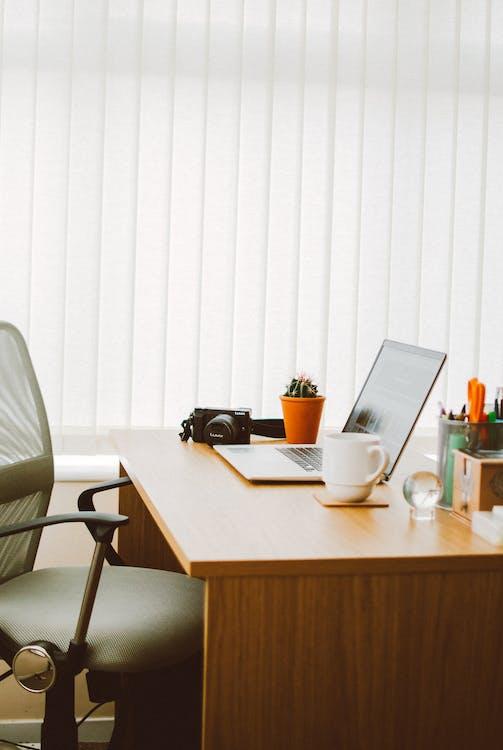 Registro de um escritório com mesa em posição de comando e um pequeno cristal para ajudar no equilíbrio do espaço.