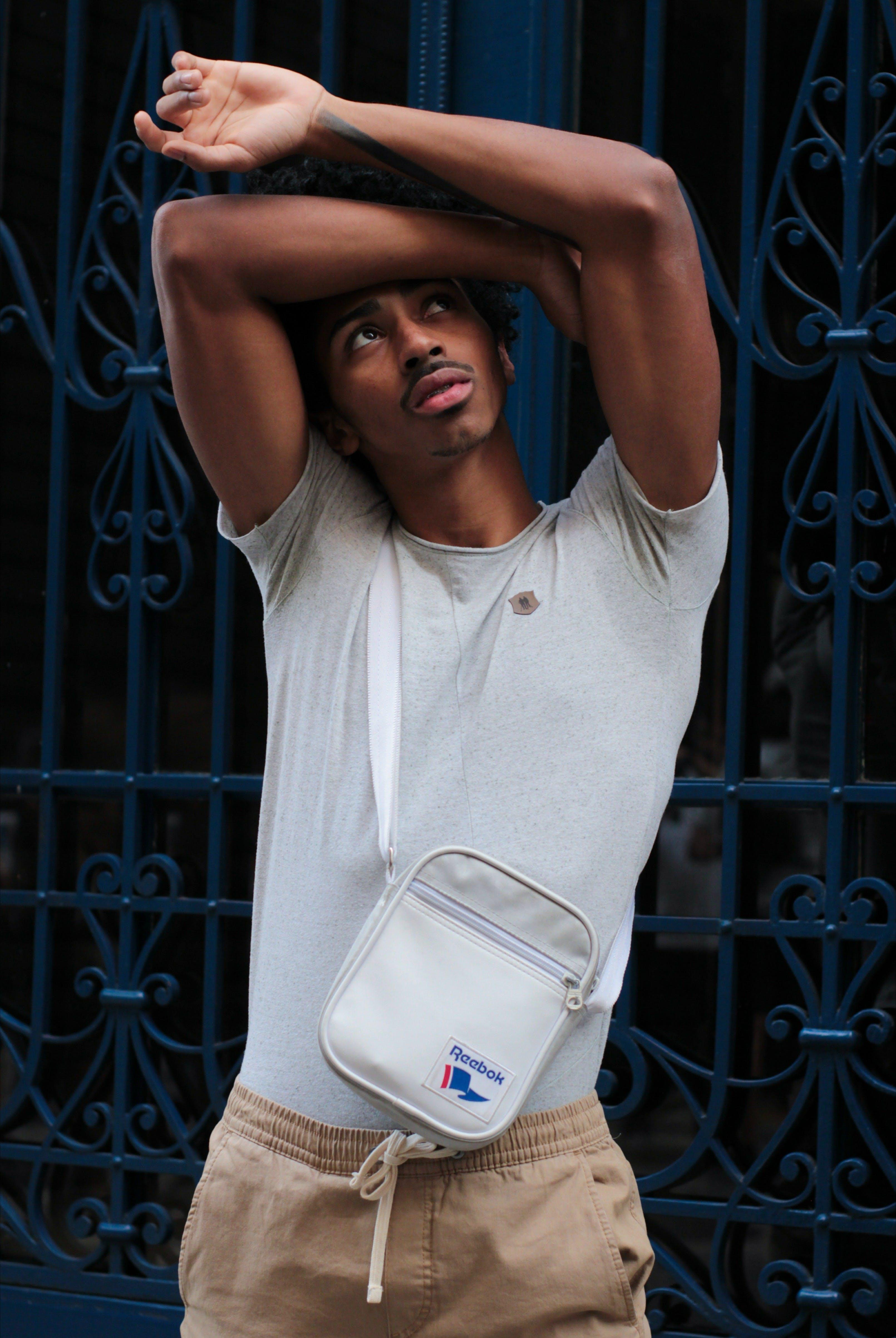 adam, aşındırmak, çanta, çapraz vücut çantası içeren Ücretsiz stok fotoğraf