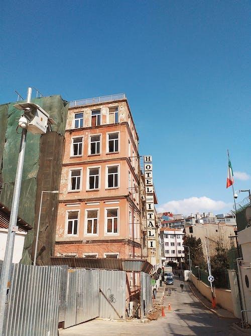 Foto profissional grátis de ao ar livre, arquitetura, bandeira, centro da cidade