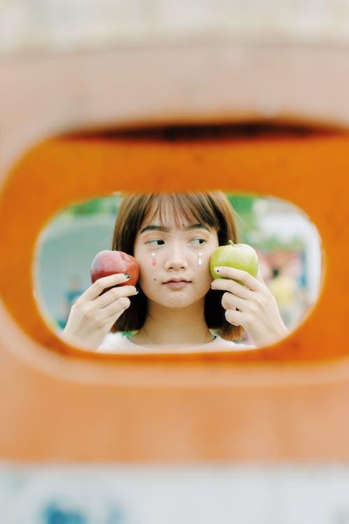 亞洲女人, 女人, 水果, 纵向 的 免费素材照片