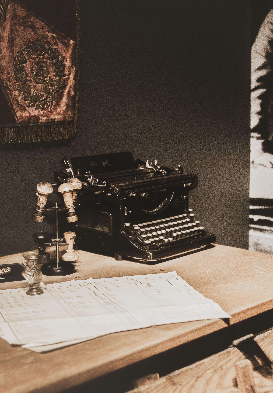 Бесплатное стоковое фото с винтажная пишущая машинка, документы, марки, пишущая машинка