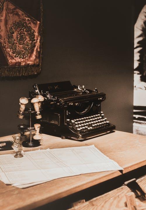 Ilmainen kuvapankkikuva tunnisteilla kirjoituskone, kirjoituspöytä, paperit