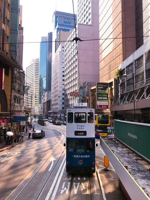 Gratis stockfoto met architectuur, autobus, bedrijf, binnenstad
