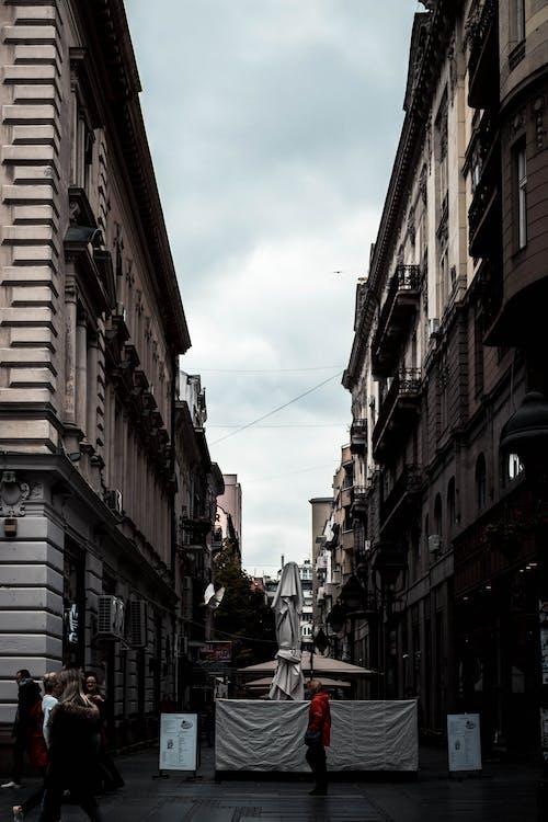 Ingyenes stockfotó belváros, építészet, épületek, sikátor témában