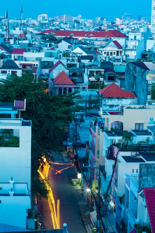 Základová fotografie zdarma na téma apartmány, město, pouliční osvětlení, provoz