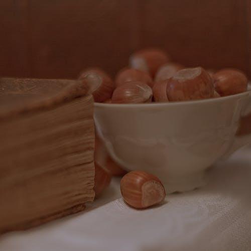 Darmowe zdjęcie z galerii z antyczny, brązowy, książka, nakrętki