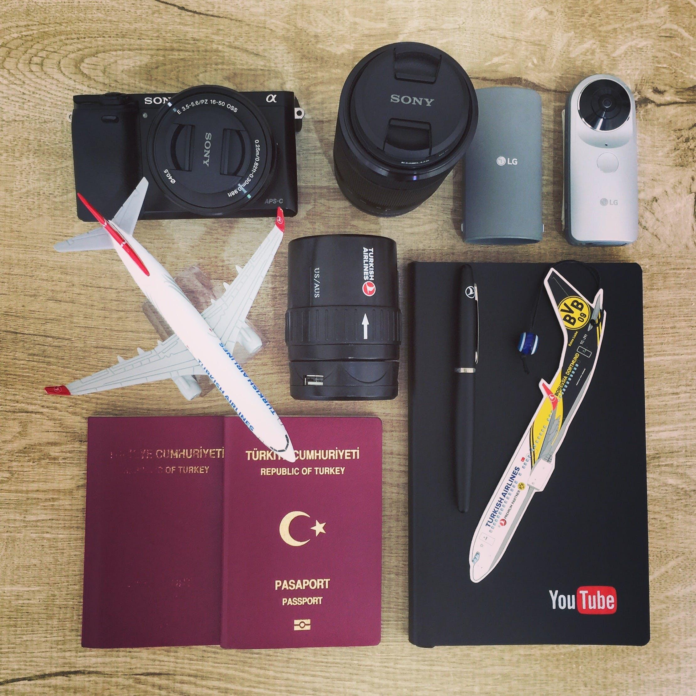 Kostenloses Stock Foto zu kamera, smartphone, schreibtisch, notizbuch