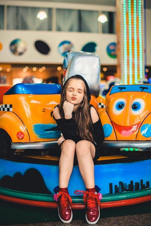 Бесплатное стоковое фото с автомобиль, в помещении, веселье, выражение лица