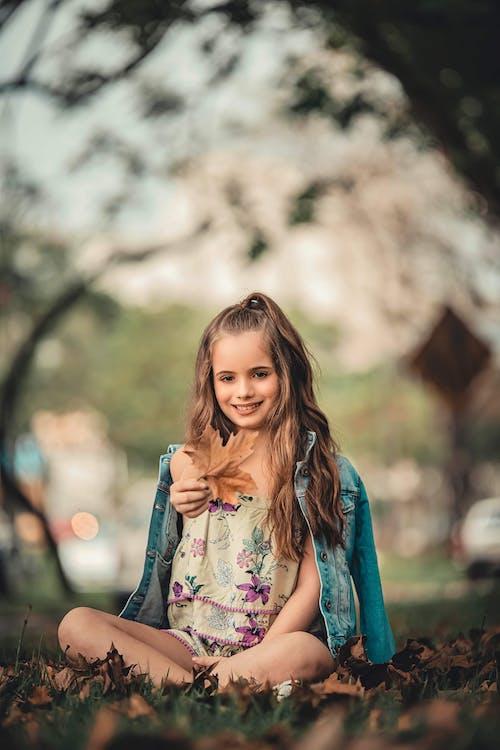 Gratis stockfoto met blij, bruin haar, buiten, esdoorn blad
