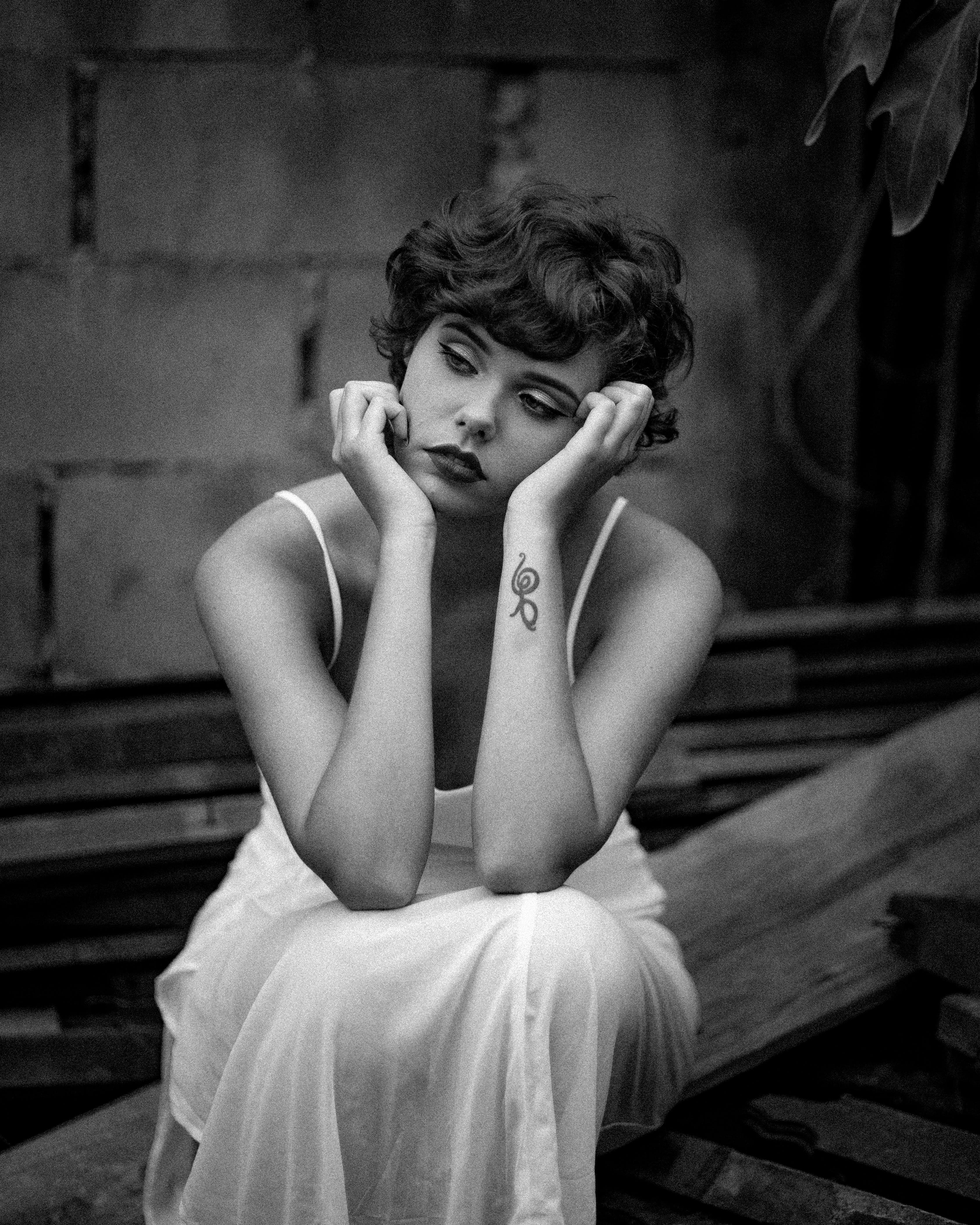 Imagine de stoc gratuită din adult, alb-negru, așezat, culoarea pielii