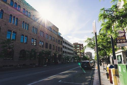 Foto profissional grátis de arquitetura, automóvel, calçamento, centro da cidade