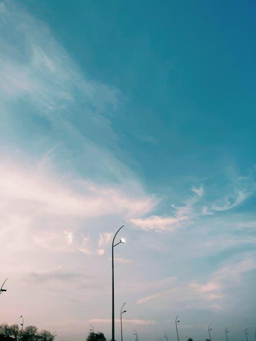 Gratis arkivbilde med blå himmel, lampe, lyspære, rød himmel