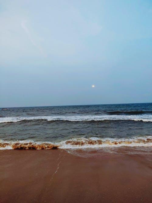 Gratis arkivbilde med blå himmel, bølger, fullmåne, hav