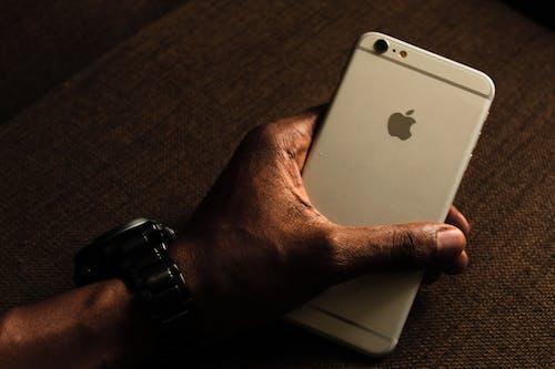 Foto profissional grátis de celular, holding, maçã, mão