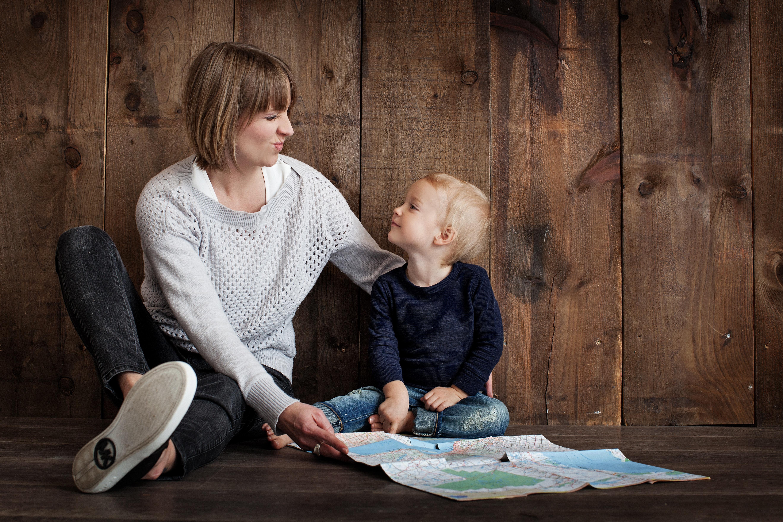 Une maman jouant avec son fils. | Photo : Getty Images