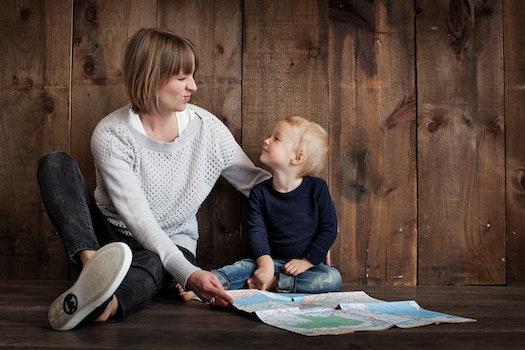 Kostenloses Stock Foto zu liebe, menschen, frau, sitzen